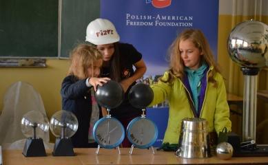 Obrazek przedstwiający uczniów wykonujących eksperymenty