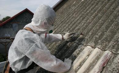 Obrazek przedstawiający człowieka usuwającego azbest